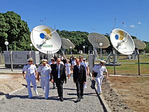O presidente da Anatel, João Rezende, o superintendente de Fiscalização, Marcus Paolucci, e autoridades da Marinha, em visita técnica à estação de monitoragem satelital
